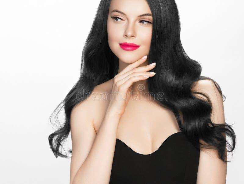 Schönes Porträt der Frau des schwarzen Haares lokalisiert auf Weiß stockbilder