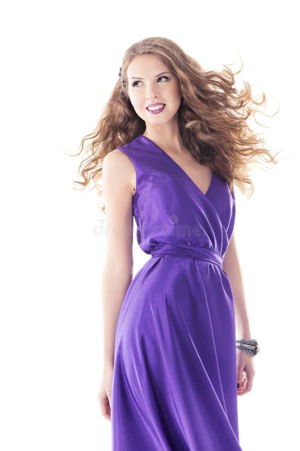 Schönes Porträt der Frau im purpurroten Seidenkleid, lange Haare lizenzfreie stockbilder