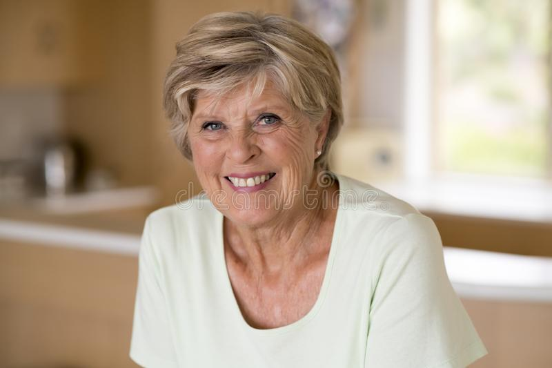 Schönes Porträt der hübschen und süßen älteren reifen Frau im Mittelalter herum 70 Jahre altes zu Hause lächeln glückliches und f stockfotografie