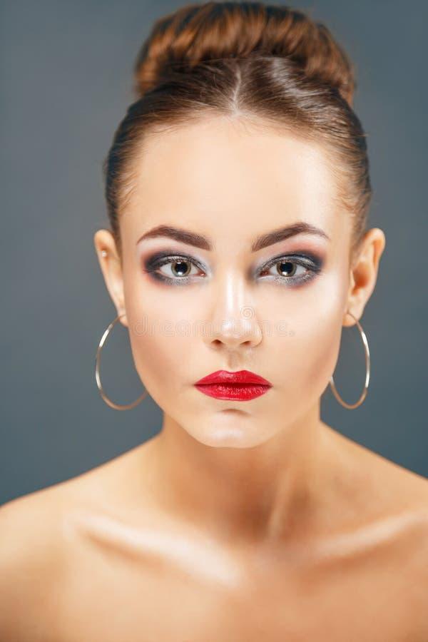 Schönes Porträt der jungen Frau mit großen Ohrringen stockbilder