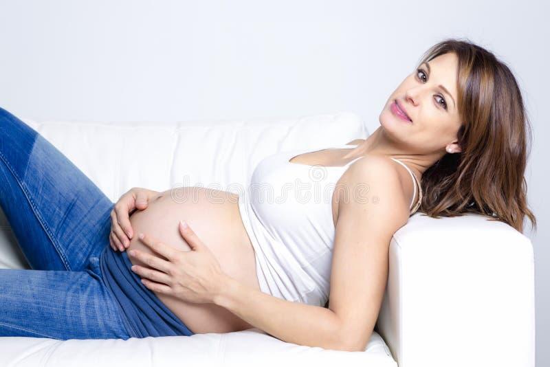 Schönes Porträt der jungen schwangeren Frau stockfotografie