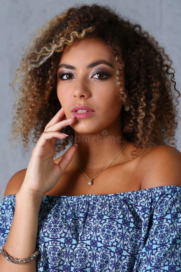 Schönes Porträt der schwarzen Frau stockfotos