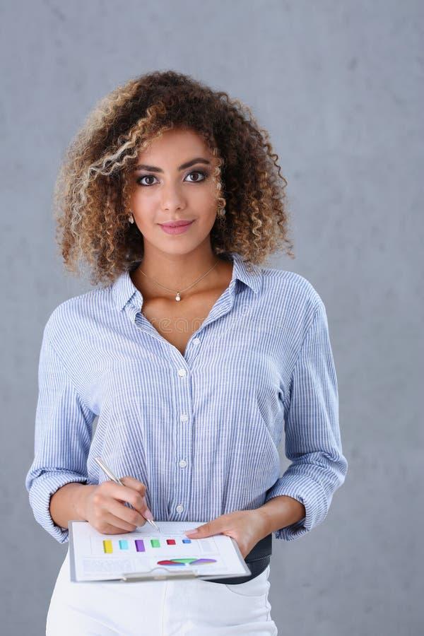 Schönes Porträt der schwarzen Frau lizenzfreies stockfoto
