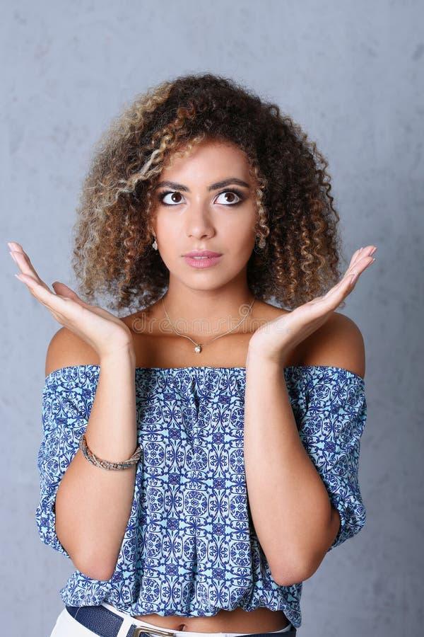 Schönes Porträt der schwarzen Frau Hände up und lächelnde Schönheit lizenzfreies stockfoto