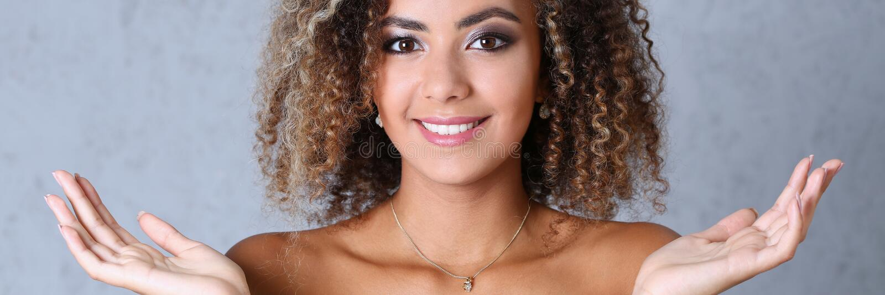 Schönes Porträt der schwarzen Frau Hände up und lächelnde Schönheit lizenzfreie stockfotografie
