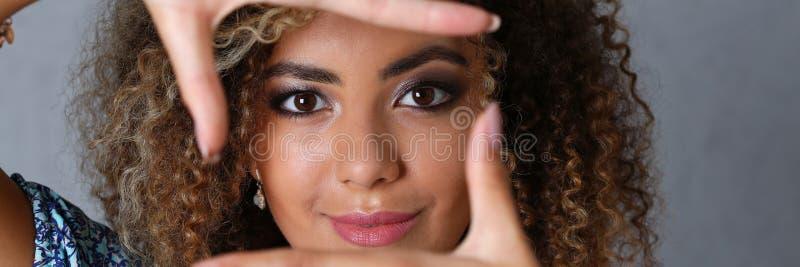 Schönes Porträt der schwarzen Frau Sie setzte ihre Hand stockfoto