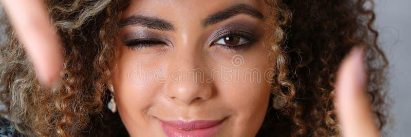 Schönes Porträt der schwarzen Frau Sie setzte ihre Hand stockbilder