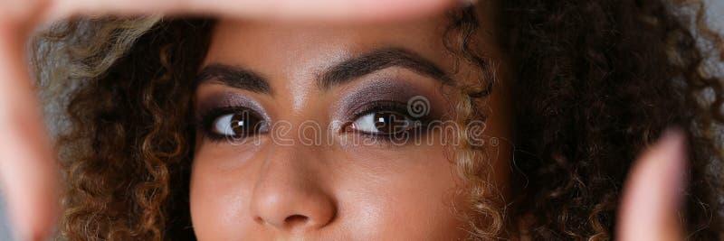 Schönes Porträt der schwarzen Frau Sie setzte ihre Hand stockbild
