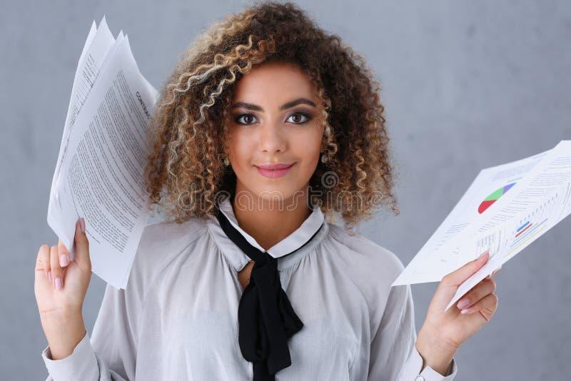 Schönes Porträt der schwarzen Frau Verwahrt Papierdokumente stockbild