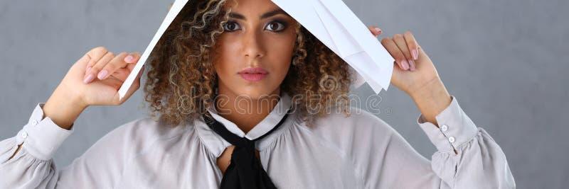 Schönes Porträt der schwarzen Frau Verwahrt Papierdokumente lizenzfreie stockfotografie