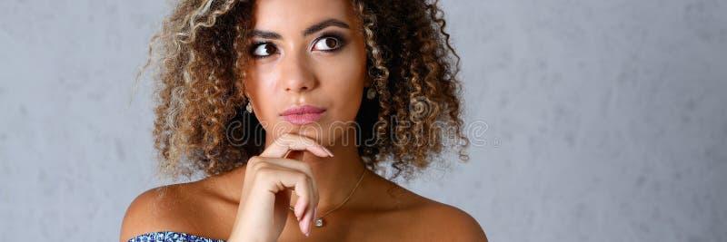Schönes Porträt der schwarzen Frau Wert ein Grau lizenzfreie stockfotos