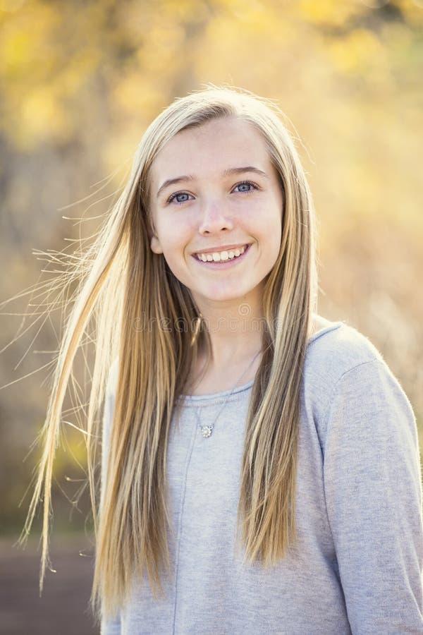 Schönes Porträt des lächelnden jugendlich Mädchens draußen stockfotos
