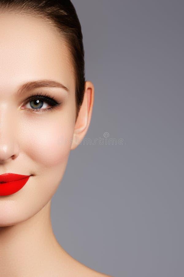 Schönes Porträt des sinnlichen europäischen Modells der jungen Frau mit gl lizenzfreies stockfoto