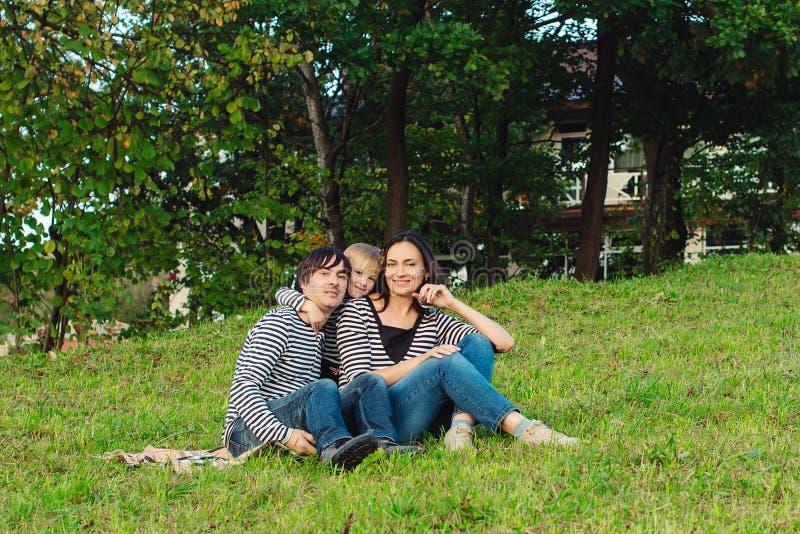 Schönes Porträt einer glücklichen jungen Familie draußen lizenzfreie stockbilder