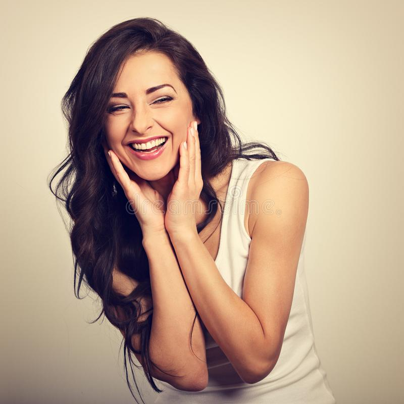 Schönes Positiv regte die lachende junge Frau auf, welche die Hand hält stockfotos