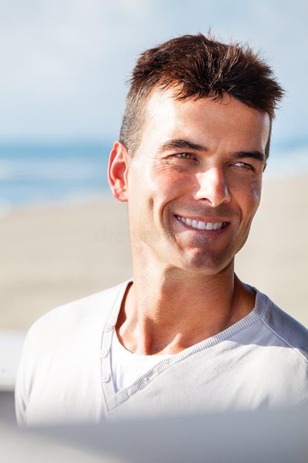 Schönes positives Lächeln, erfolgreicher Mann Sommer lizenzfreies stockfoto