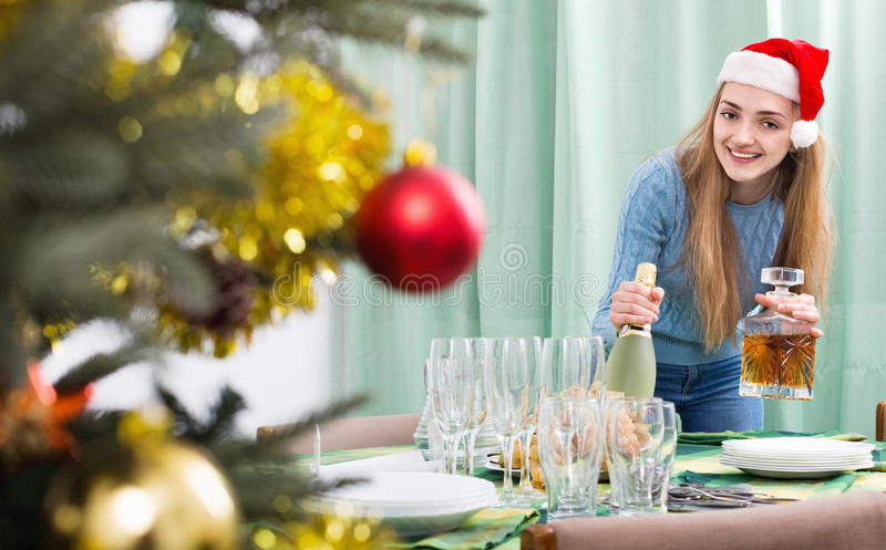 Schönes positives Mädchen, das für Weihnachtsfeier sich vorbereitet lizenzfreie stockfotos