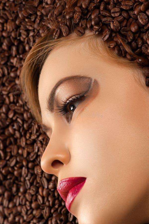 Schönes Profilgesicht in den Kaffeebohnen lizenzfreies stockbild