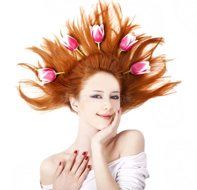 Schönes red-haired Mädchen mit Tulpen. stockfoto