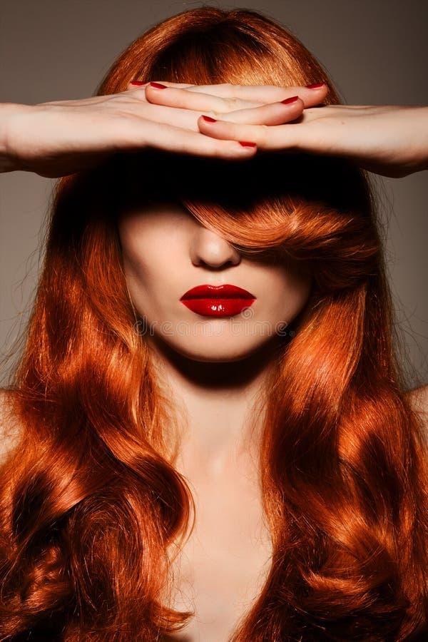 Schönes Redhair Girl.Healthy gelocktes Haar. lizenzfreies stockfoto