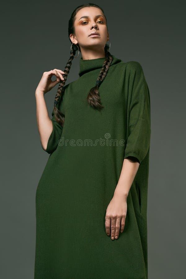 Schönes reizend hispanisches Mädchen im Kleid des langen Grüns stockbild