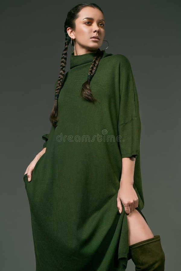 Schönes reizend hispanisches Mädchen im Kleid des langen Grüns stockbilder