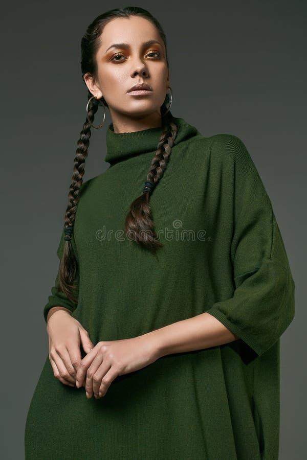Schönes reizend hispanisches Mädchen im Kleid des langen Grüns stockfotografie