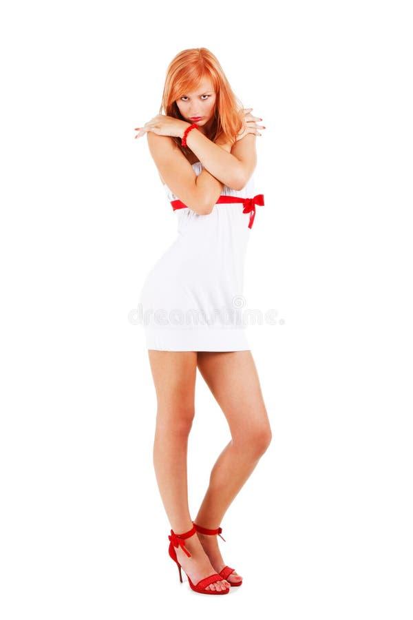 Schönes reizend Mädchentanzen im Weiß stockfoto