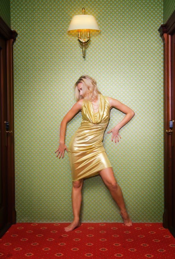Schönes reizvolles blondes Mädchen lizenzfreie stockfotografie