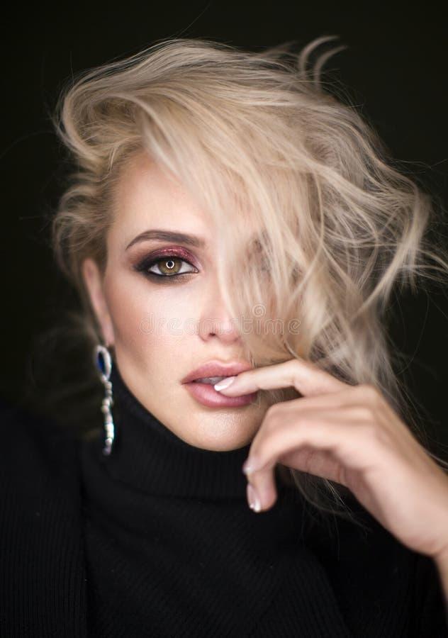 Schönes reizvolles blondes Mädchen Langes Haar Blondine lokalisiert auf schwarzem Hintergrund lizenzfreies stockbild