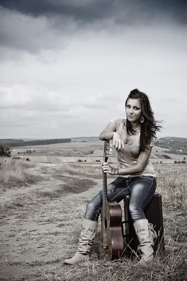 Schönes reizvolles Landgitarrenmädchen stockfotos
