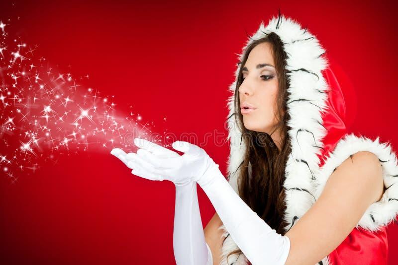 Schönes reizvolles Mädchen, das Weihnachtsmann-Kleidung trägt lizenzfreie stockfotos