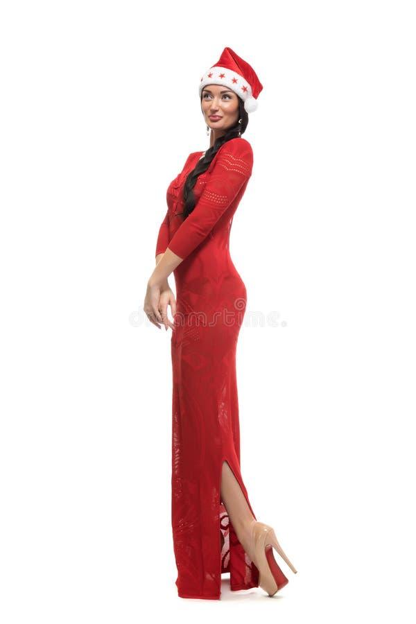 Schönes reizvolles Mädchen, das Weihnachtsmann-Kleidung trägt stockfoto