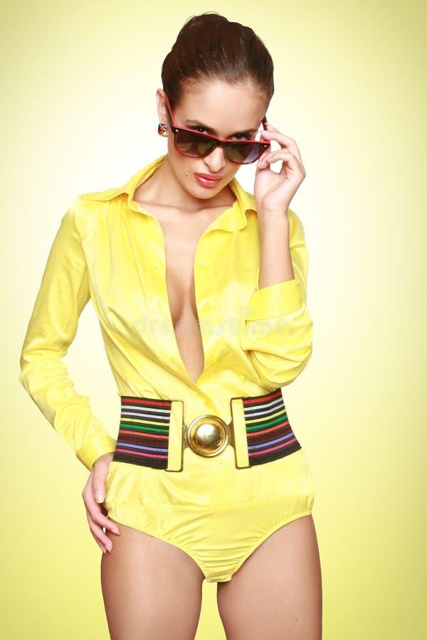 Schönes reizvolles Mädchen im gelben Badeanzug lizenzfreies stockfoto