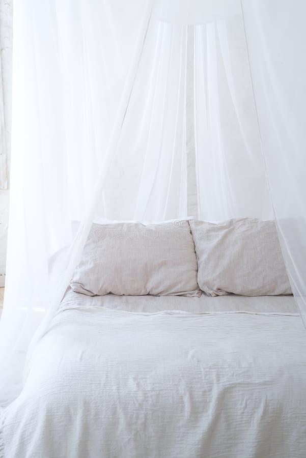 Schönes Rest-, Innenraum-, Komfort- und Bettwäschekonzept - betten Sie zu Hause Schlafzimmer lizenzfreies stockbild