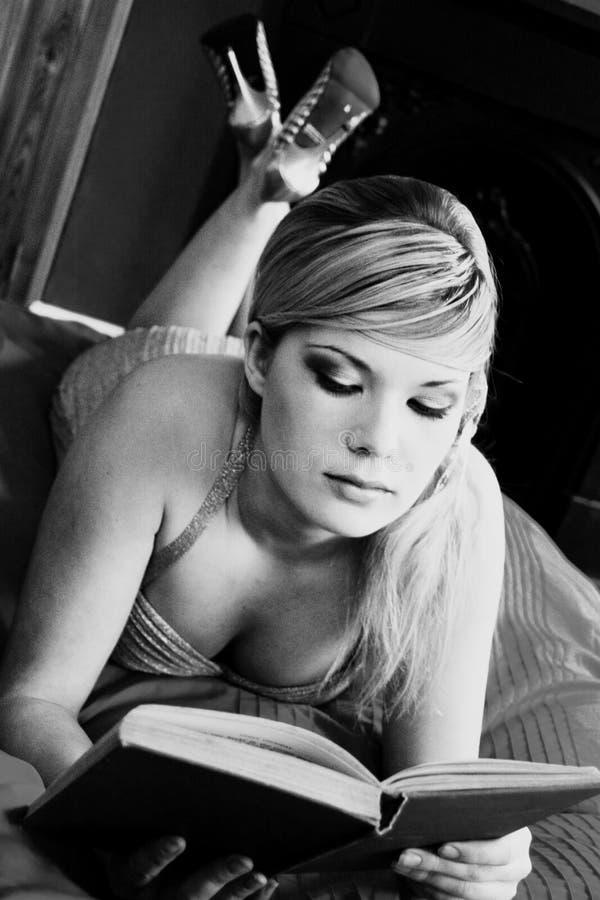 Schönes Retro- blondes Mädchen lizenzfreie stockfotos