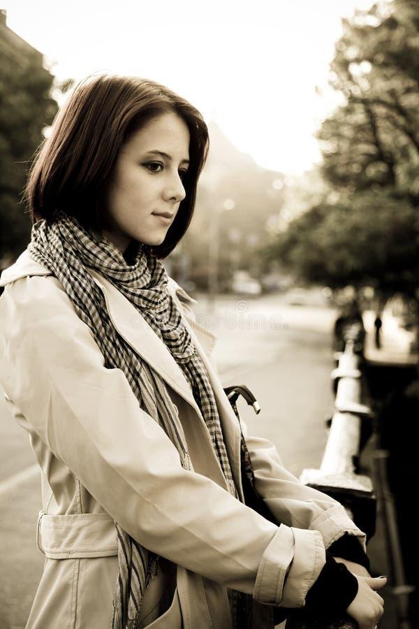 Schönes Retro- Mädchen im Mantel lizenzfreies stockfoto