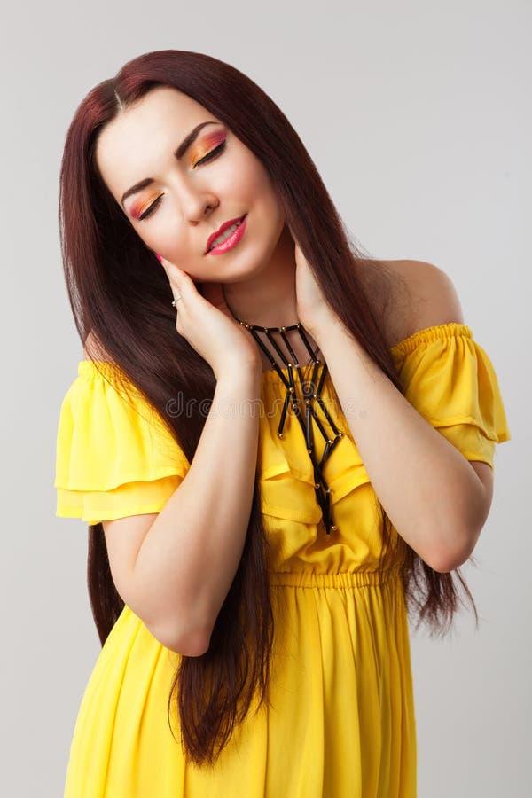Schönes romantisches Mädchen im gelben Kleid stockfoto
