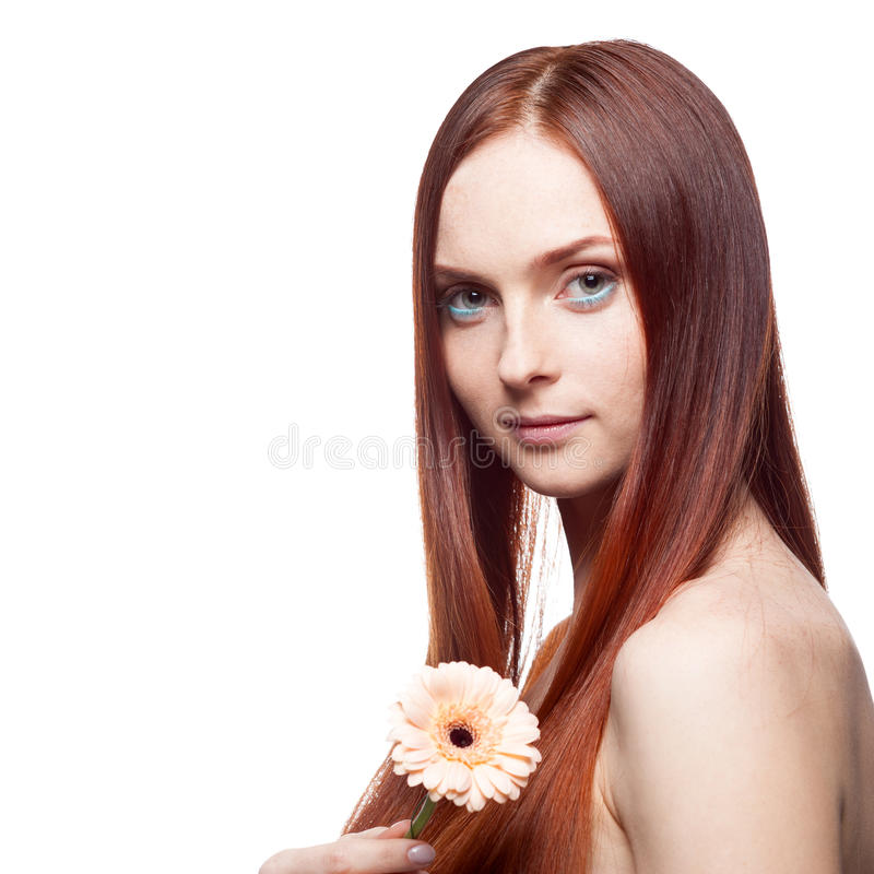 Schönes rotes behaartes Mädchen, das Blume anhält stockbilder