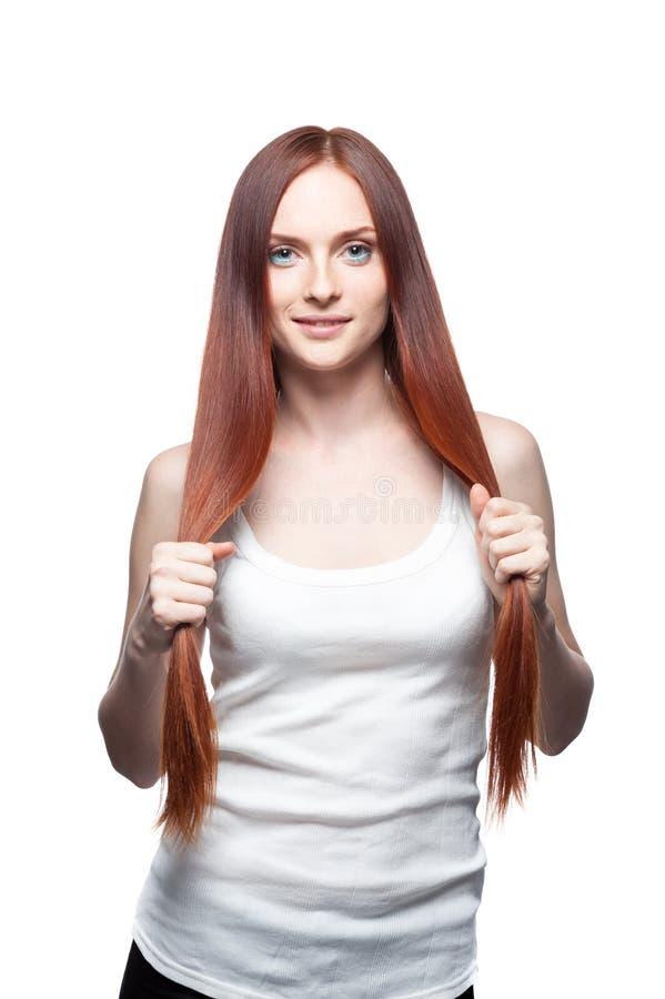 Schönes rotes behaartes Mädchen, das ihr Haar anhält stockfotografie