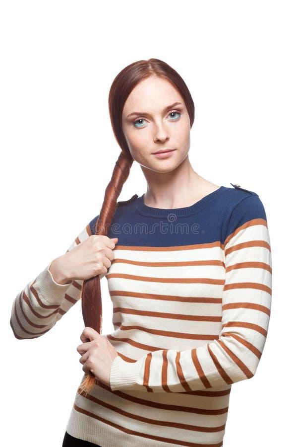 Schönes rotes behaartes Mädchen, das ihr Haar anhält lizenzfreie stockfotografie