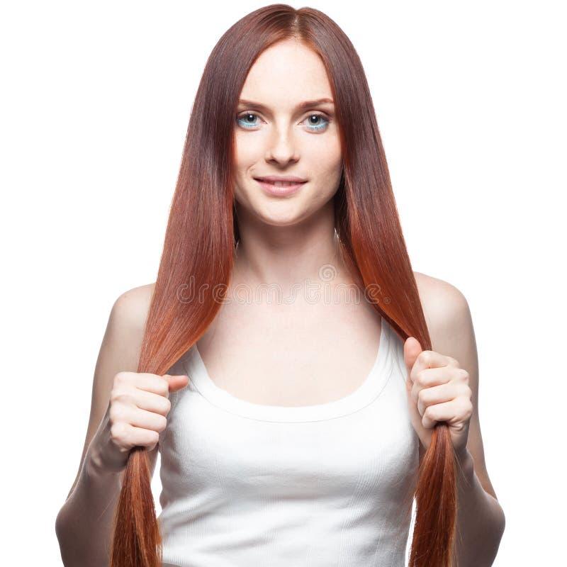 Schönes rotes behaartes Mädchen, das ihr Haar anhält lizenzfreie stockbilder