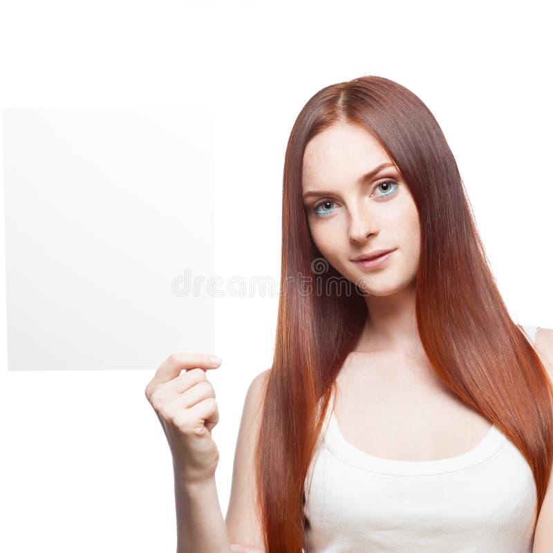 Schönes rotes behaartes Mädchen, das Zeichen anhält stockfotos