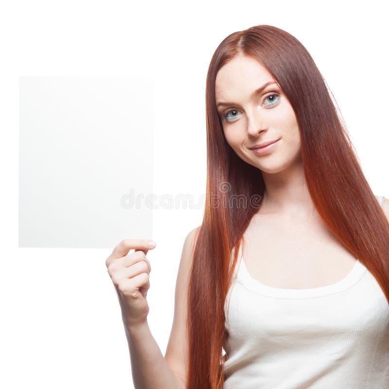 Schönes rotes behaartes Mädchen, das Zeichen anhält stockfoto
