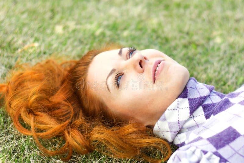 Schönes rotes Haarmädchen stockfotografie