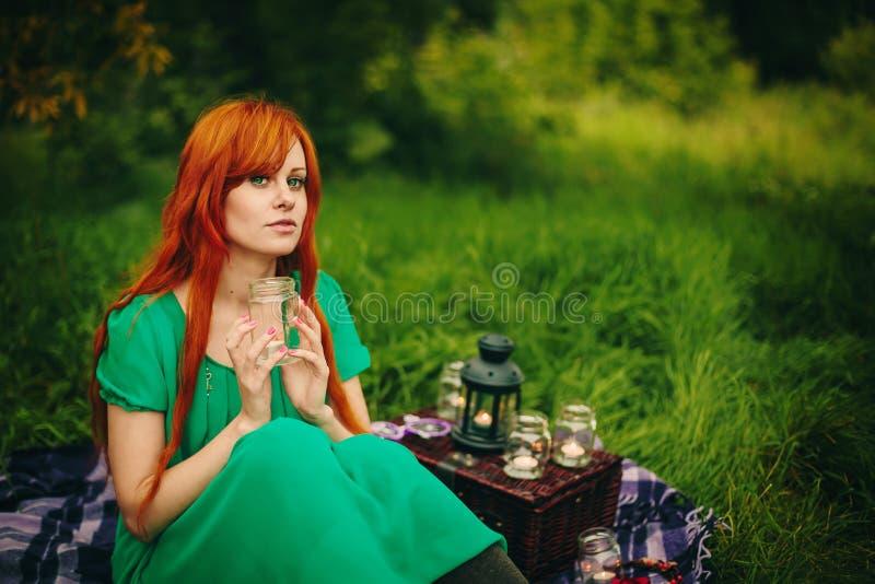 Schönes rotes Haarmädchen mit tiefgrünen Augen lizenzfreies stockfoto