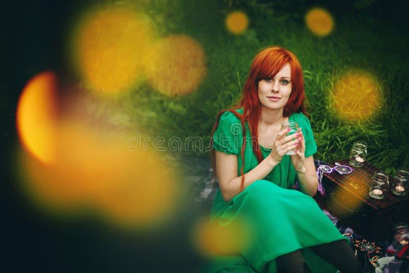 Schönes rotes Haarmädchen mit tiefgrünen Augen lizenzfreie stockfotos