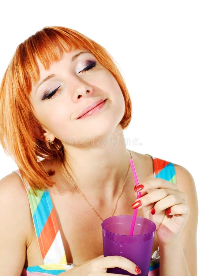 Schönes rotes Mädchen mit Glas Soda lizenzfreie stockfotos