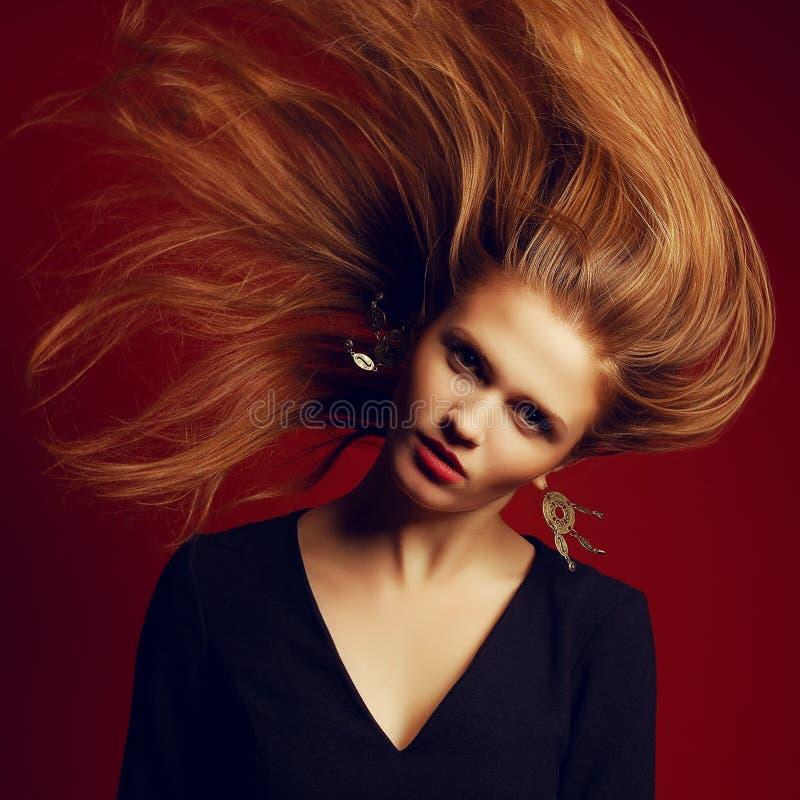 Schönes rothaariges (Ingwer) Mädchen mit dem Fliegenhaar stockfotos
