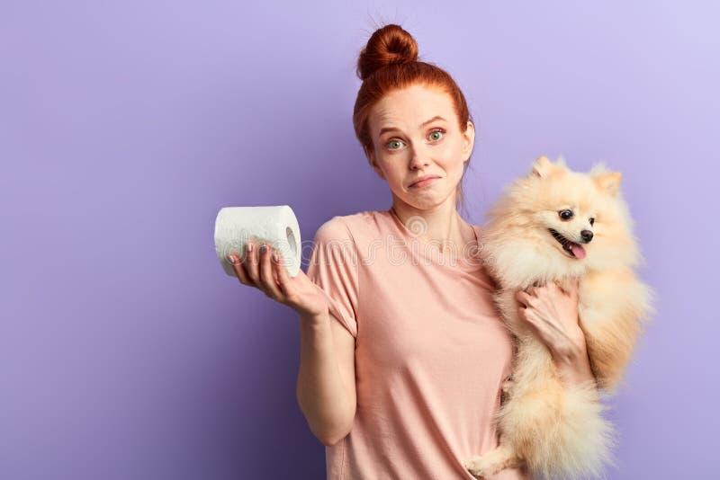 Schönes rothaariges Mädchen hat nicht Probleme mit Haustieren lizenzfreie stockfotos